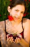 Menina adolescente do retrato com papoila Fotografia de Stock