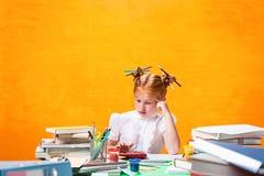 A menina adolescente do ruivo com lote dos livros em casa Tiro do estúdio foto de stock royalty free