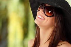Menina adolescente do verão alegre em Panamá e em óculos de sol Imagem de Stock