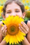 Menina adolescente e girassol da beleza Fotos de Stock
