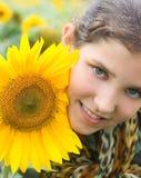 Menina adolescente e girassol da beleza Foto de Stock Royalty Free