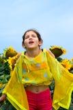 Menina adolescente e girassol da beleza Foto de Stock