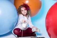 Menina adolescente em um vestido branco que guarda um punhado de 100 notas de dólar Fotos de Stock Royalty Free
