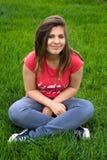 Menina adolescente em uma grama fotografia de stock