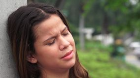 Menina adolescente emocional e choroso triste imagem de stock