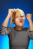 Menina adolescente engraçada com do macarrão cabelo pelo contrário Fotografia de Stock