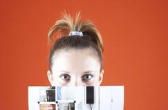 Menina adolescente escondendo fotos de stock