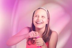 Menina adolescente feliz com bolhas de sabão Imagens de Stock