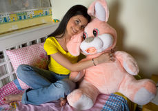 Menina adolescente feliz com brinquedo do coelho Foto de Stock Royalty Free