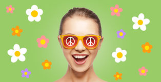 Menina adolescente feliz do hippy nas máscaras com sinal de paz Imagens de Stock