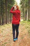 Menina adolescente feliz na caminhada na floresta Foto de Stock Royalty Free