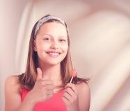 Menina adolescente feliz que guarda o pirulito Imagem de Stock