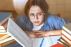 Menina adolescente furada Tired virada pela aprendizagem dif?cil foto de stock royalty free
