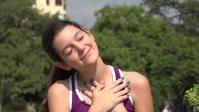 Menina adolescente latino-americano atlética e amor vídeos de arquivo