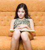 A menina adolescente leu o livro Imagens de Stock