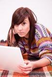 Menina adolescente marrom bonita com portátil Foto de Stock Royalty Free