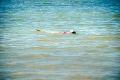 Menina adolescente na água fotos de stock royalty free