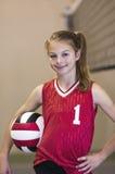 Menina adolescente na corte de voleibol fotos de stock royalty free
