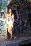 Menina adolescente nas ruínas Foto de Stock