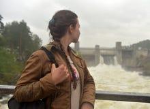 menina adolescente no fundo da central elétrica em Imatra fotografia de stock royalty free