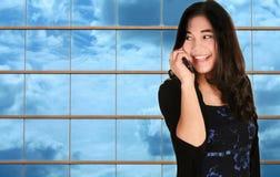 Menina adolescente no telefone de pilha Fotografia de Stock