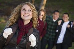 Menina adolescente nova com os meninos atrás de admirá-la Imagens de Stock