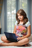 Menina adolescente nova que coloca em sua cama com caderno Fotografia de Stock