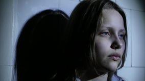 Menina adolescente O foco está na seringa Cara deprimida de uma menina adolescente com overdose ou do syndrom da manutenção-absti