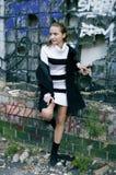 A menina adolescente permanece no lugar abandonado perigoso Imagens de Stock Royalty Free