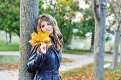 Menina adolescente perto da árvore do outono fotografia de stock