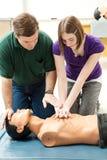 A menina adolescente pratica o CPR Fotos de Stock Royalty Free