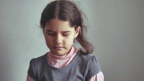 A menina adolescente que agita seu gesto principal não é recusa, emoção video estoque