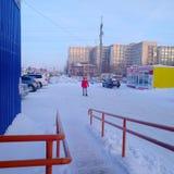 Menina adolescente que anda fora no inverno perto do centro de entretenimento fotografia de stock