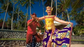 A menina adolescente que aprende a dança do balinese vestiu-se no traje com composição video estoque