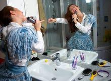 Menina adolescente que canta Fotos de Stock Royalty Free