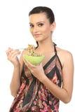 Menina adolescente que come macarronetes fotografia de stock royalty free