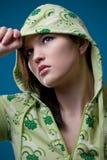 Menina adolescente que desgasta um revestimento encapuçado fotografia de stock