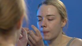 Menina adolescente que espreme a acne da cara, problemas de pele na idade nova, desequil?brio da hormona video estoque