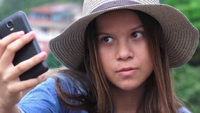 Menina adolescente que faz as caras engraçadas patetas para Selfy Fotos de Stock