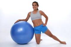 Menina adolescente que inclina-se na esfera do exercício Imagem de Stock