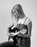 Menina adolescente que joga a guitarra imagens de stock royalty free
