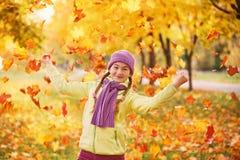 Menina adolescente que joga nas folhas de outono Adolescente para passar o tempo com folhas de outono Fotografia de Stock