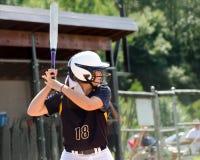 Menina adolescente que joga o softball fotos de stock royalty free