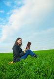 Menina adolescente que lê a Bíblia fora Imagens de Stock Royalty Free