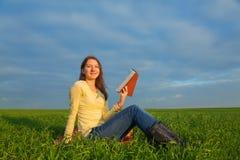 Menina adolescente que lê a Bíblia fora Foto de Stock Royalty Free