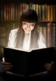 Menina adolescente que lê o livro Fotos de Stock Royalty Free