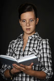 Menina adolescente que lê um livro Foto de Stock