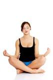 Menina adolescente que meditating Fotos de Stock Royalty Free