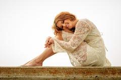 Menina adolescente que relaxa em uma parede Imagens de Stock Royalty Free