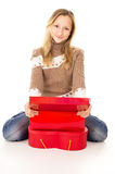 Menina adolescente que senta-se perto das caixas de presente Fotografia de Stock Royalty Free